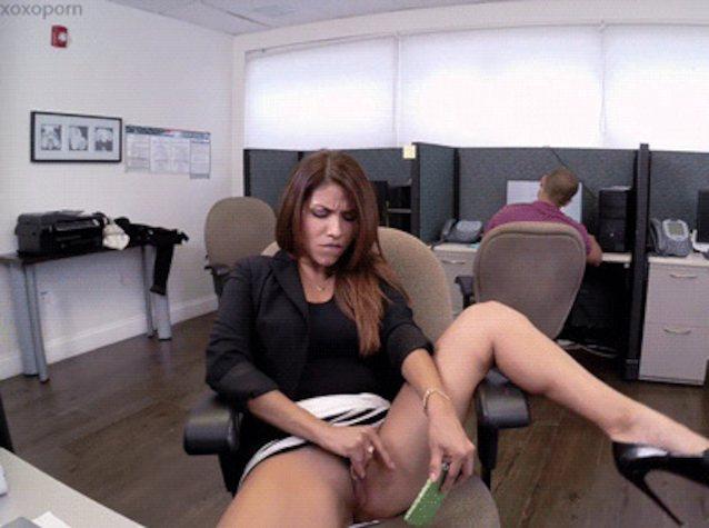 девушка мастурбирует в кресле на рабочем месте шаги, спрятался
