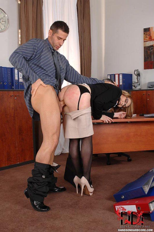 домоуборщицу босс наказывает