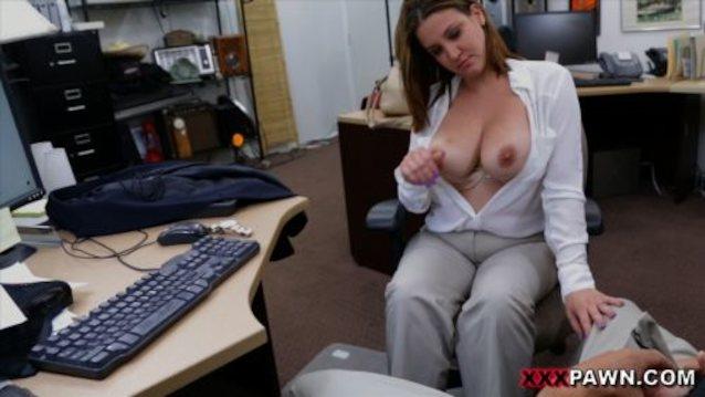 bureau kvinde boobs