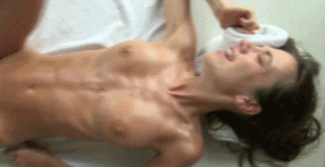 просмотр порно онлайн судорожный женский оргазм