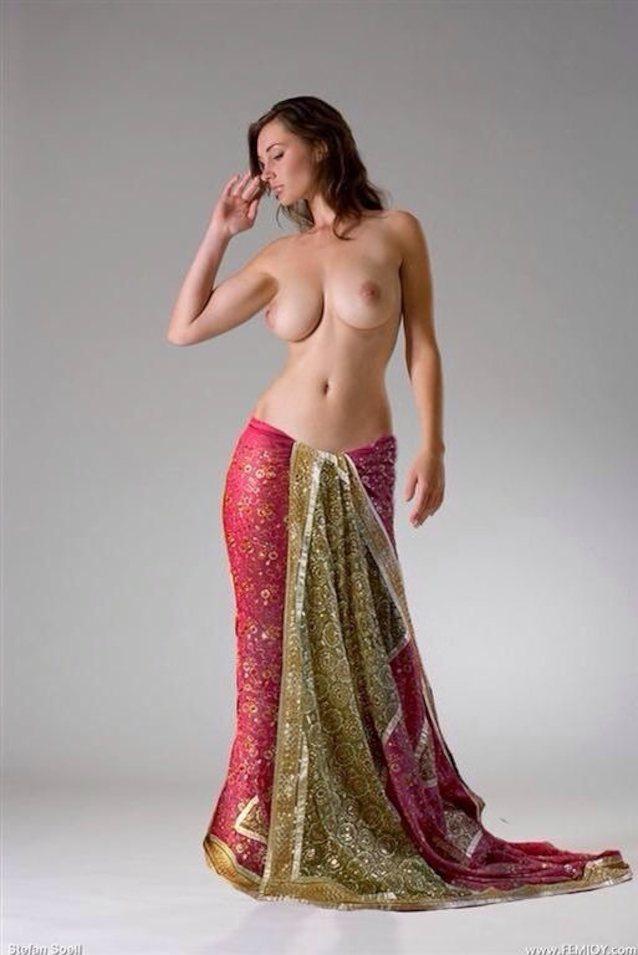 Hot figure in saree